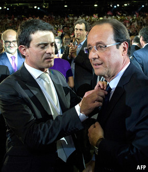 Manuel Valls fixing tie of President François Hollande