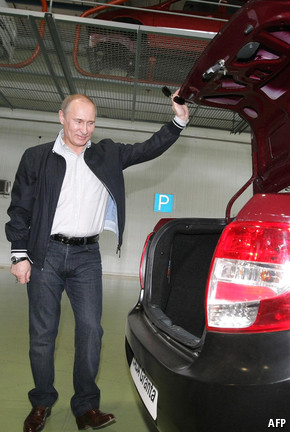 Putin holding open the boot of a car