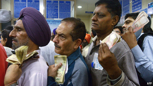 PM's ma backs note ban, visits bank for new notes