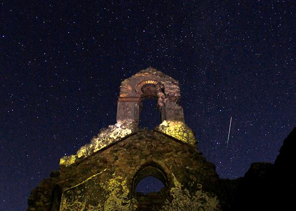 Метеор последние штрихи звезды над руинами церкви в природном парке Лос-Алькорнокалес, на юге Испании