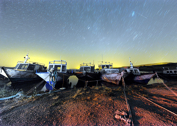 Полосы метеоров Персеиды по небу над озером Ван на востоке Турции