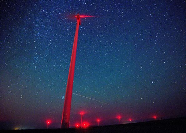Метеоры освещают небо над ветротурбины в Санкт-Никола ветропарк около Каварна, Болгария