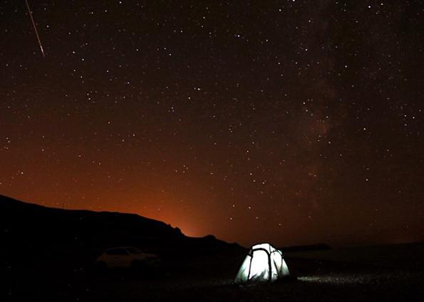 Персеид метеоры полоса по небу во время ежегодного метеорного потока Персеид душ над озером Ван, Турция